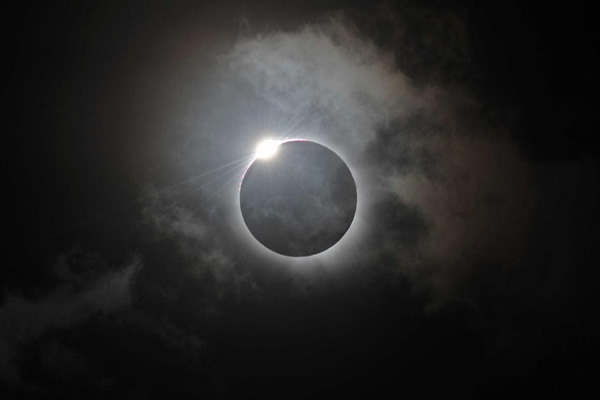 Vean impresionante Eclipse Total de Sol en fotos y video
