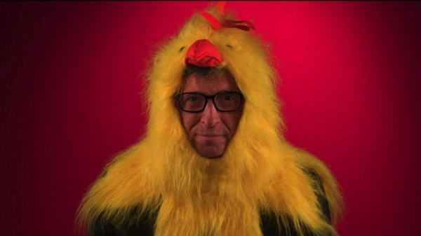 Video: Bill Gates se viste de pollo para promocionar nuevo sitio web